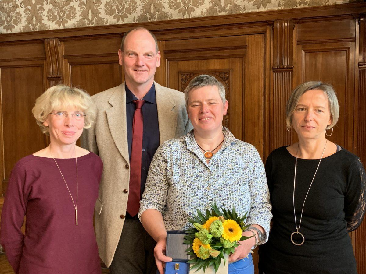 Silke Hädrich mit der goldene Ehrennadel der Stadt Leipzig geehrt