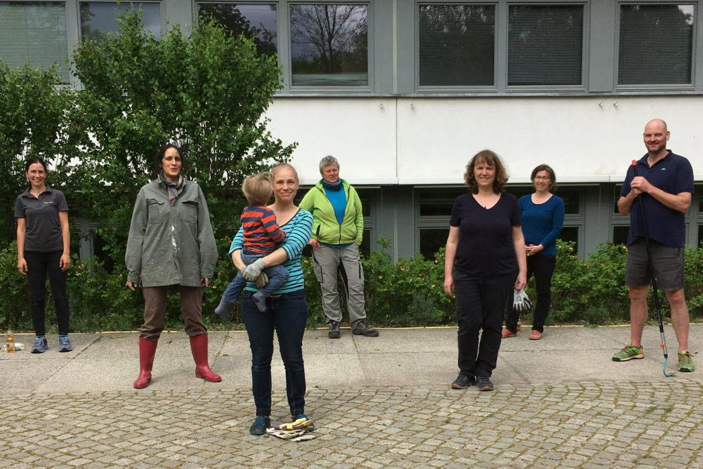 Verpassten dem Rosenbeet eine Frühjahrskur:  Nadine Wehr, Sara Marius Le Prince, Juliane Dürwald, Silke Hädrich, Franziska Schmidt, Marika Bahr und Dieter Stark (v.l.n.r)